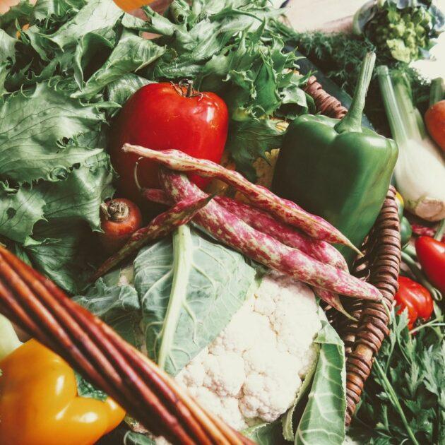 légumes de saison dans le panier de fruits et légumes grenoblois